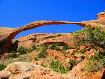 Devils Garden Trail, Arches NP, Utah: orientation by markers in 30 km x 15 km rock labyrinth in middle of desert